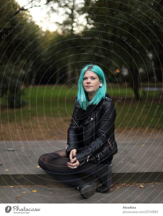 Junge Frau mit türkisen Haaren und Piercings schaut Jugendliche Stadt schön Landschaft 18-30 Jahre Erwachsene Leben feminin Stil außergewöhnlich Zufriedenheit