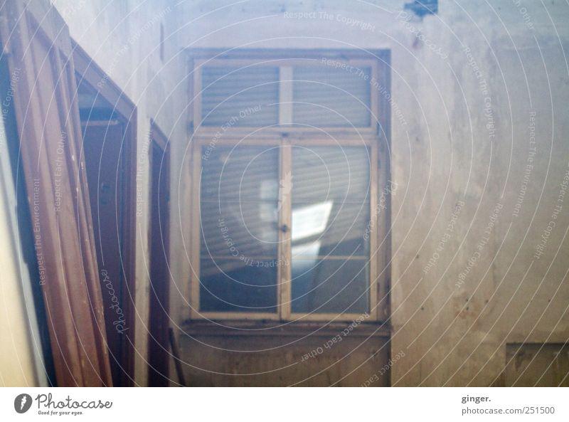 Ab durch die Scheibe [CHAMANSÜLZ 2011] alt Haus Wand Fenster Gebäude braun Tür kaputt trashig Rahmen Fensterscheibe Unbewohnt Neigung kahl diffus Jalousie