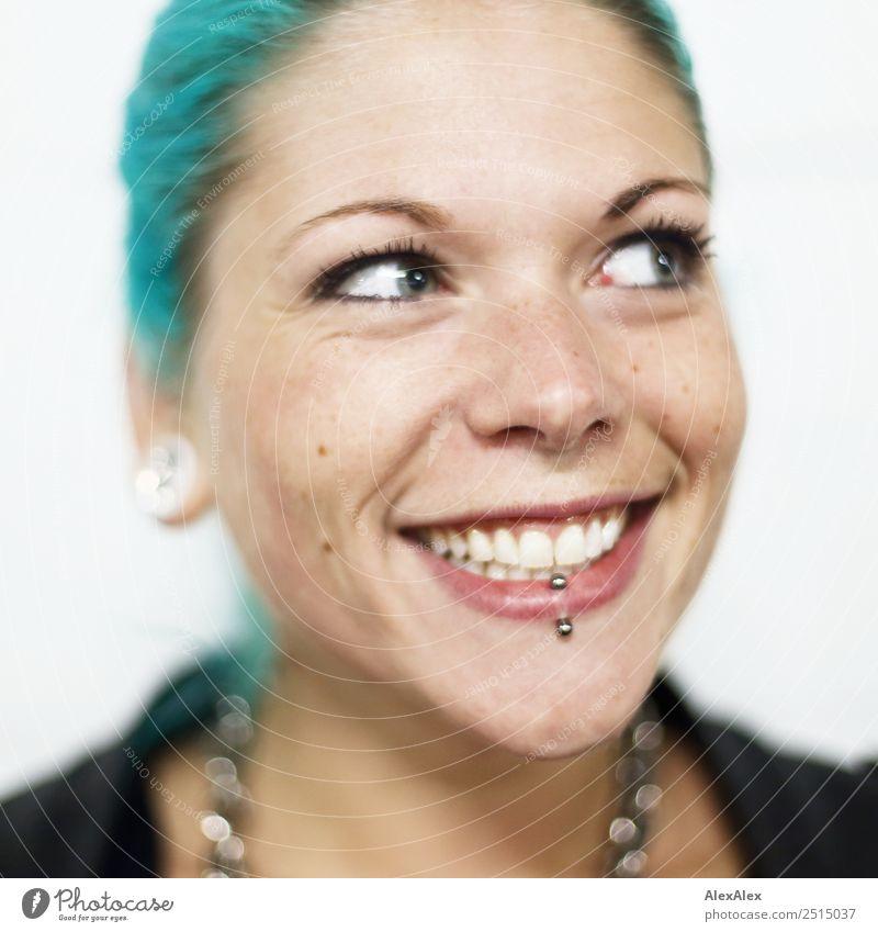 Junge Frau mit türkisen Haaren und Piercings lächelt glücklich Stil exotisch schön Wohlgefühl Jugendliche Gesicht 18-30 Jahre Erwachsene Jacke Schmuck
