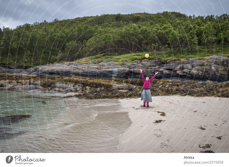 Strandszene - Junge Frau wirft gelben Ball Natur Jugendliche Meer Erholung Freude Küste Bewegung Zufriedenheit Freizeit & Hobby wild Kraft Fröhlichkeit