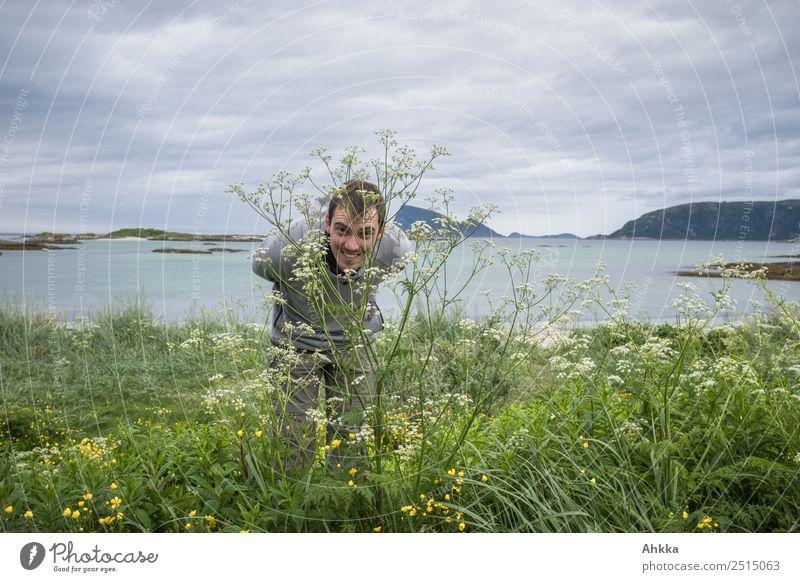 Durch die Blume Mensch Natur Jugendliche Sommer Pflanze Junger Mann Meer Freude lustig Küste Insel Fröhlichkeit authentisch lernen beobachten Studium