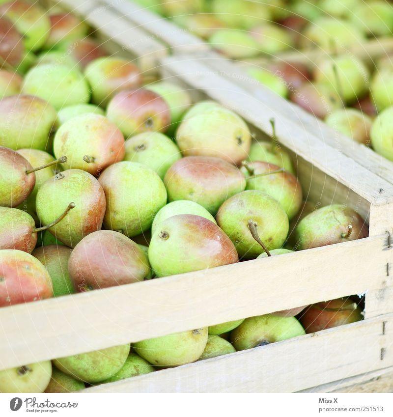 Birnenkiste Lebensmittel Frucht Ernährung Bioprodukte frisch lecker saftig süß grün Obstkiste Ernte Wochenmarkt Obstverkäufer Obstladen Farbfoto Nahaufnahme