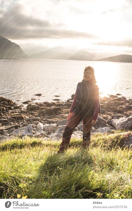 Junge Frau am Fjord Ferien & Urlaub & Reisen Ausflug Abenteuer Sommerurlaub Jugendliche Leben Landschaft Küste Meer Polarmeer Norwegen authentisch natürlich