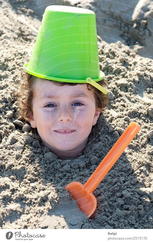 Kleinkind begraben im Sand des Strandes Freude Glück Gesicht Spielen Ferien & Urlaub & Reisen Sommer Sonne Meer Sport Kind Schule Mensch Junge Mann Erwachsene