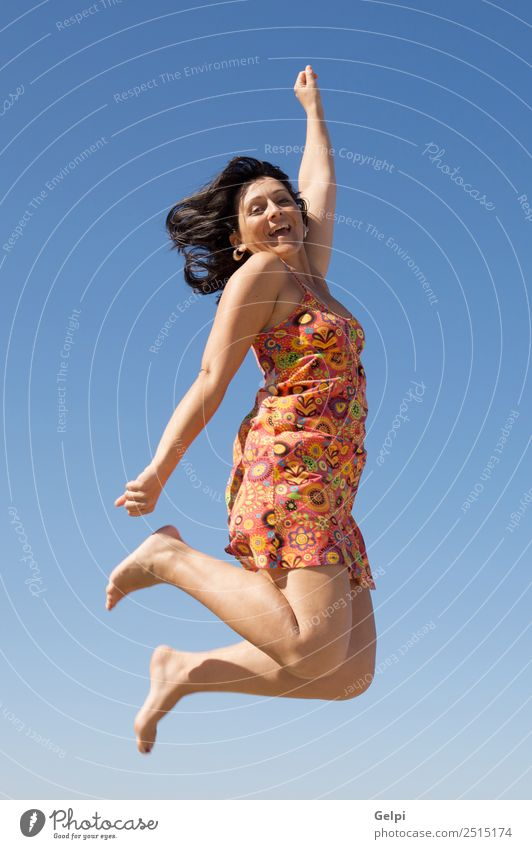 Schönes Mädchen, das einen Hintergrund über den Himmel fliegt. Freude Glück Gesicht Freizeit & Hobby Ferien & Urlaub & Reisen Tanzen Sport Mensch Frau