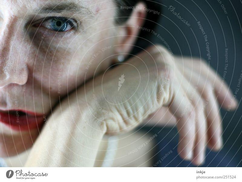 Wirf jeden Tag ein wenig Ballast ab, der deine Seele beschwert - Frau Mensch Hand schön Gesicht Leben kalt feminin Gefühle Erwachsene Traurigkeit Stimmung