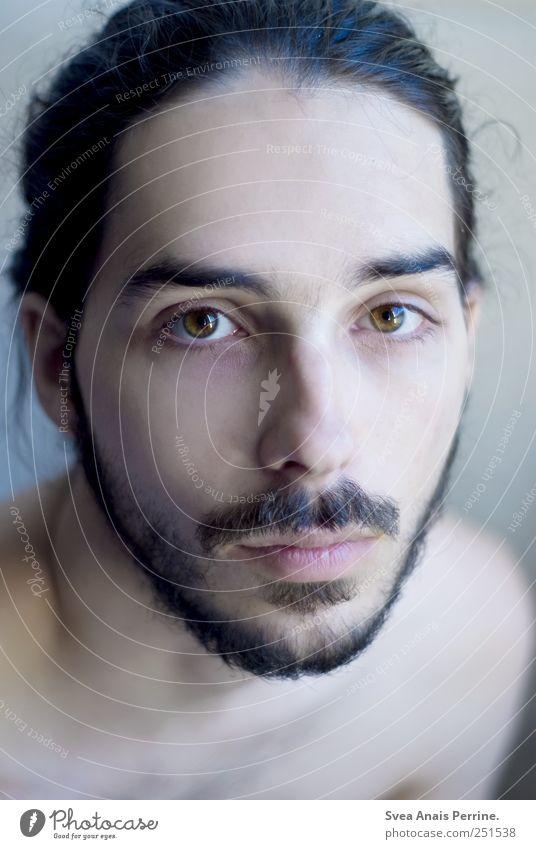 roh. maskulin Haare & Frisuren Gesicht Auge 1 Mensch 18-30 Jahre Jugendliche Erwachsene schwarzhaarig Bart Oberlippenbart kalt Farbfoto Innenaufnahme