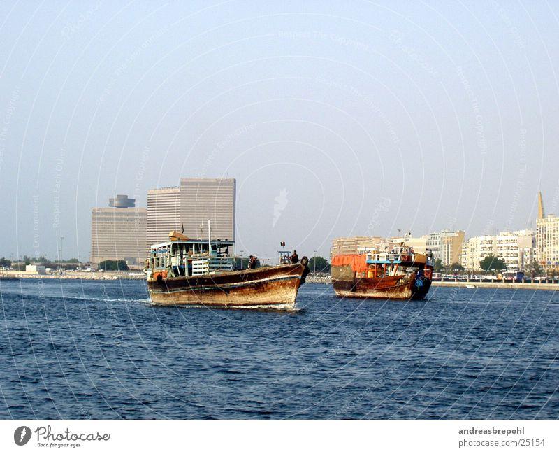 neu und alt in dubai Dubai Wasserfahrzeug Holz Hotel Schifffahrt Fluss