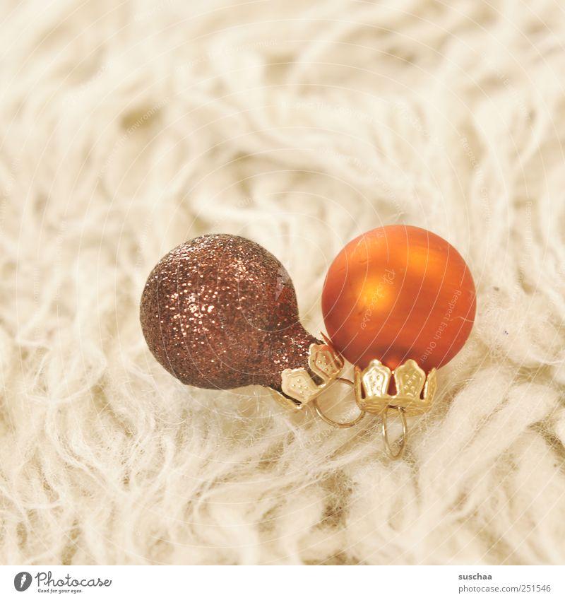 2 Feste & Feiern Kunststoff Kugel rund braun orange hell Fell Teppich Baumschmuck Weihnachtsdekoration Farbfoto Innenaufnahme Textfreiraum links