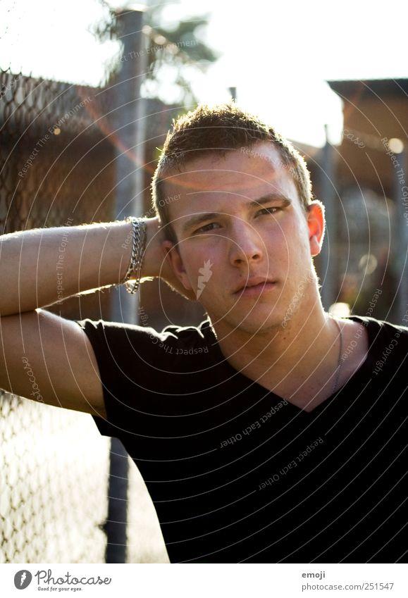 < maskulin Junger Mann Jugendliche 1 Mensch 18-30 Jahre Erwachsene Coolness schön Blendenfleck anlehnen Körperhaltung selbstbewußt ernst frontal direkt Farbfoto