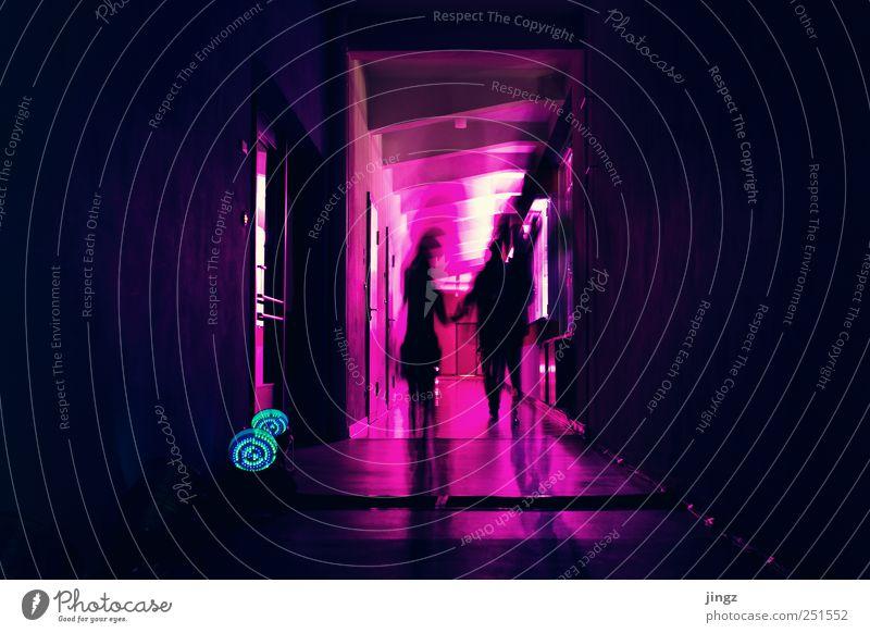 Ghosts Mensch 2 leuchten gruselig violett rosa schwarz geheimnisvoll Surrealismus Geist Geister u. Gespenster Farbfest Farbfoto Innenaufnahme Textfreiraum links
