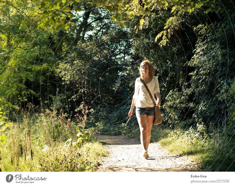 im Wandel Frau Mensch Natur Jugendliche grün schön Baum Sommer Wald feminin Bewegung Erwachsene Stimmung Park blond