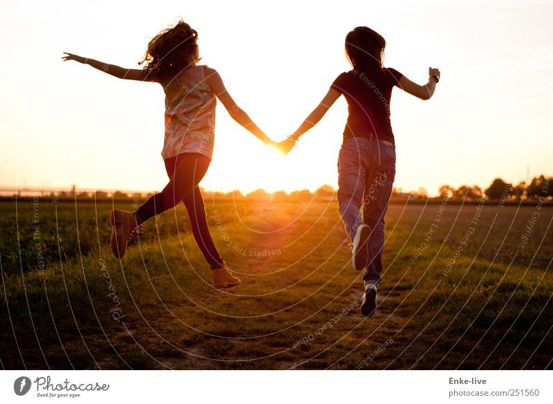 sun | jump feminin Junge Frau Jugendliche 2 Mensch Natur Wolkenloser Himmel Sommer Schönes Wetter Feld springen elegant Fröhlichkeit Zusammensein Stimmung Glück