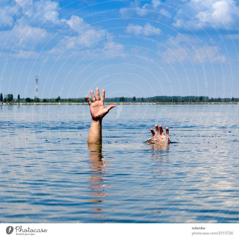 Geste eines Mannes, der versinkt. Sommer Meer Mensch Erwachsene Arme Hand Finger 1 30-45 Jahre Himmel See Bewegung Schwimmen & Baden blau Hoffnung Tod Angst