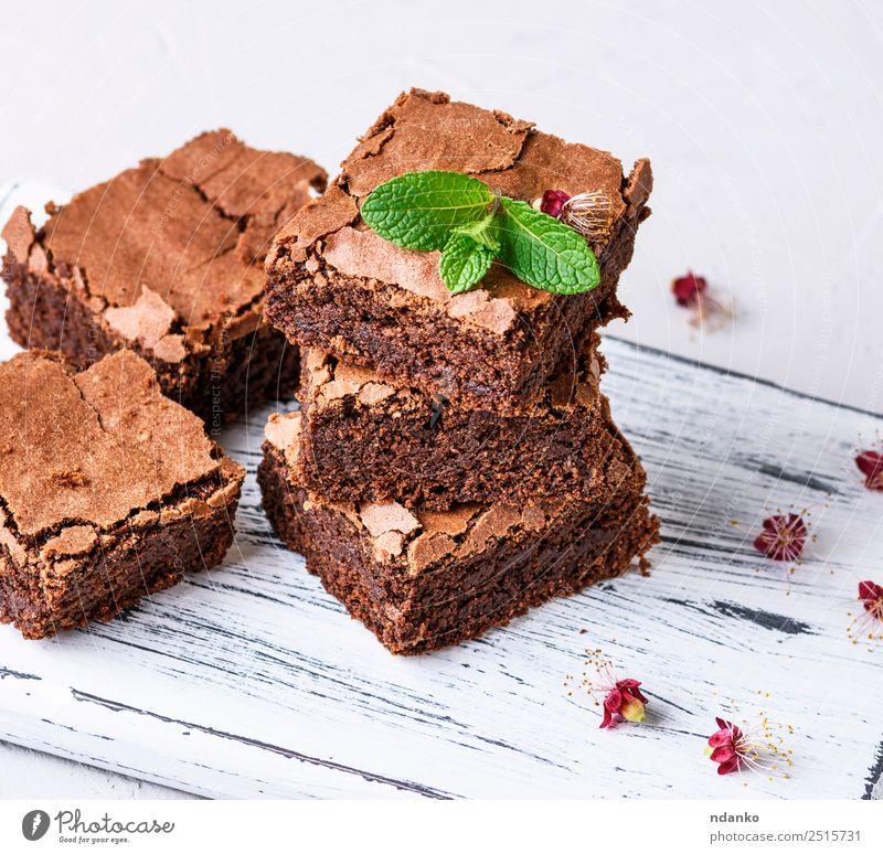 Stücke gebackener Brownie-Pastete Kuchen Dessert Süßwaren Tisch Küche Essen dunkel frisch lecker braun weiß Schokolade Hintergrund süß Stapel gebastelt Snack