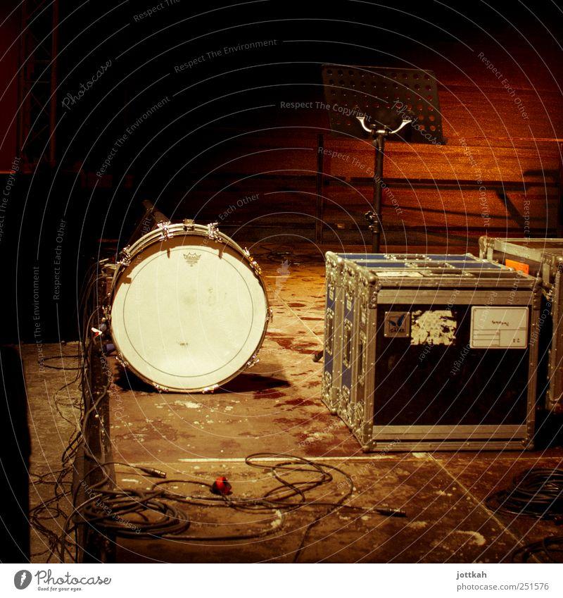 Das Runde muß neben das Eckige Spielen Musik Feste & Feiern dreckig warten leer stehen Bodenbelag Kabel Show Konzert Band Bühne Veranstaltung Konstruktion Kiste