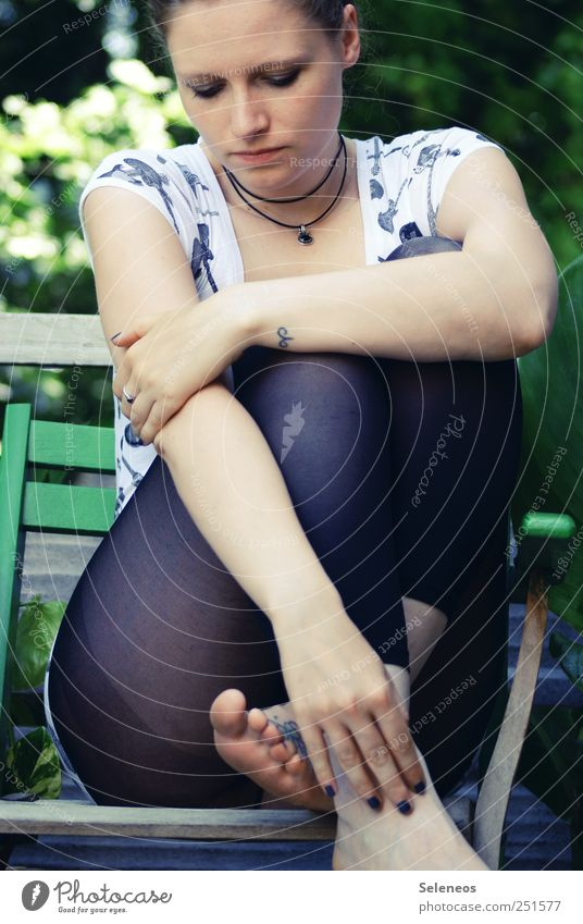 es war Sommer Mensch Frau Natur Hand Pflanze Gesicht Erwachsene Umwelt feminin Kopf Beine Fuß Park Arme sitzen