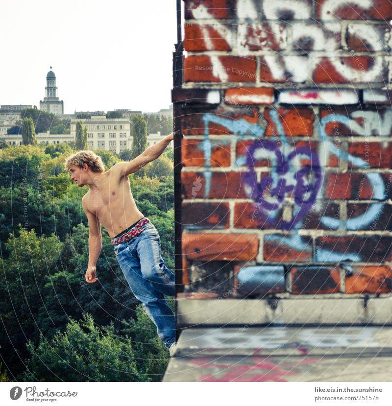 großstadtkinder-spielplatz Klettern Bergsteigen maskulin Junger Mann Jugendliche Partner Bauch 1 Mensch 18-30 Jahre Erwachsene Skyline Bauwerk Gebäude Mauer