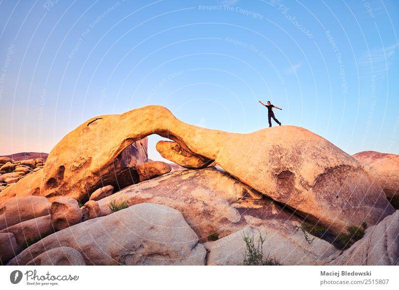 Frau Mensch Ferien & Urlaub & Reisen Landschaft Freude Erwachsene Lifestyle Freiheit Felsen Abenteuer USA Wüste Top Expedition Tourist Entwurf