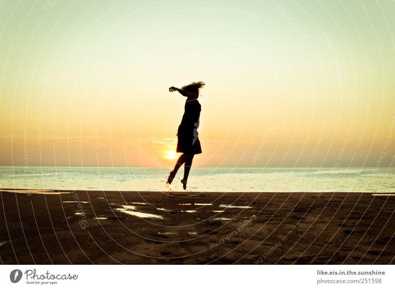 das leben ist doch wunderschön! Mensch Ferien & Urlaub & Reisen Sommer Meer Strand Freude Leben Landschaft Freiheit Bewegung Glück springen Zufriedenheit Tanzen Energie Tourismus