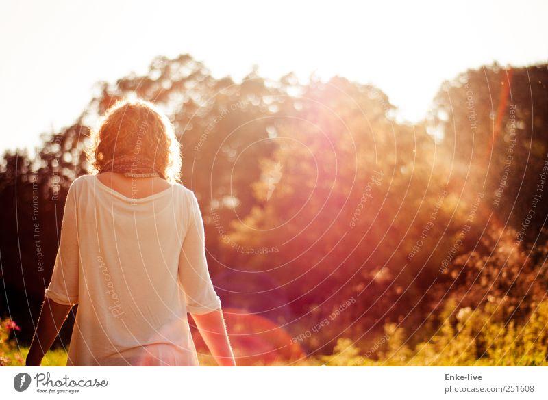entgegen des Lichts Mensch Junge Frau Jugendliche Erwachsene 1 Natur Schönes Wetter Gras Sträucher Grünpflanze Park Wiese blond Locken Bewegung gehen ästhetisch