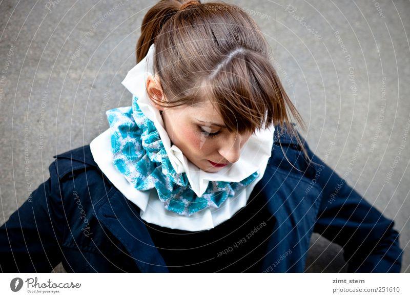 Kragenvoll Mensch Jugendliche blau weiß Einsamkeit schwarz feminin Stil Traurigkeit braun stehen Model außergewöhnlich Karneval brünett