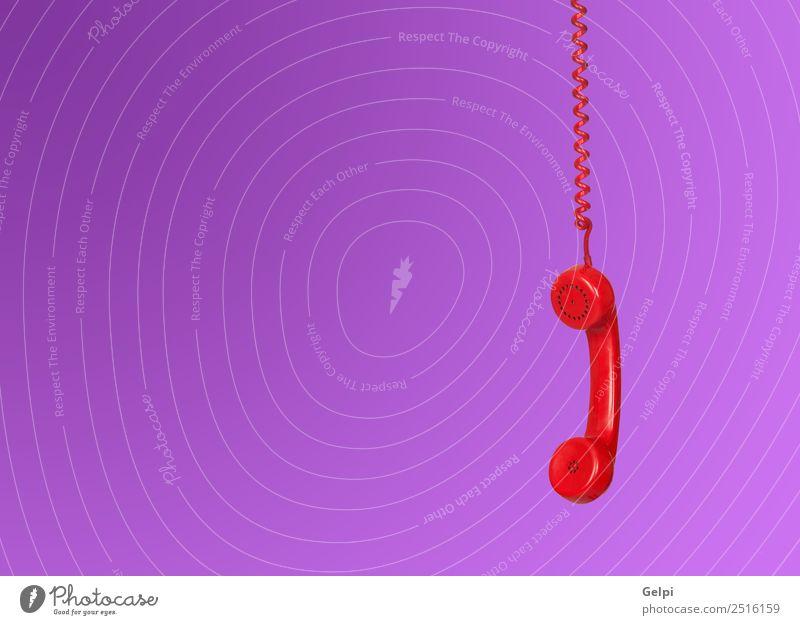 Rotes Telefonkabel, das isoliert auf violettem Hintergrund hängt. Büro Telekommunikation Business sprechen Technik & Technologie Kunststoff Linie alt hören