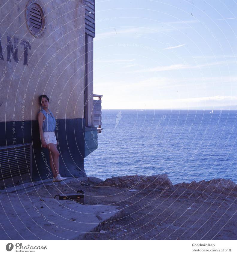 Marseille. Frau Mensch Himmel Natur Jugendliche schön Meer Sommer Wolken Erwachsene Haus Ferne feminin Umwelt Glück Gebäude