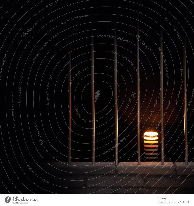 Hinter Gittern Einsamkeit schwarz dunkel Tod Traurigkeit Stein Stimmung Angst trist Trauer leuchten Kerze einfach Warmherzigkeit Sehnsucht geheimnisvoll