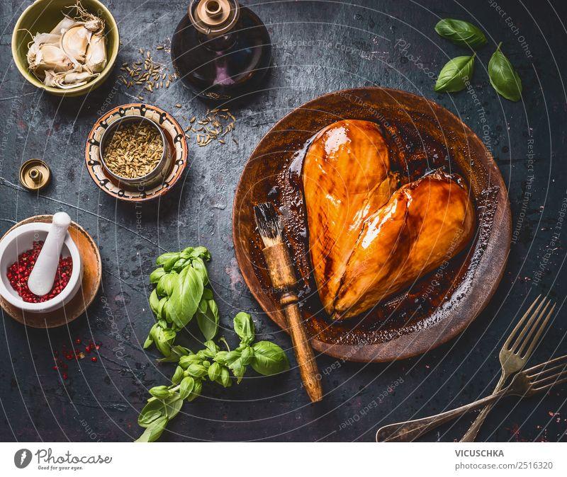 Marinierte Hähnchenbrust mit Zutaten Lebensmittel Fleisch Kräuter & Gewürze Öl Ernährung Mittagessen Abendessen Bioprodukte Geschirr Teller Stil Design