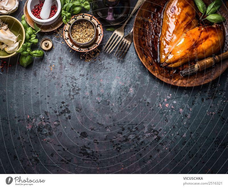 Marinierte Hühnerbrustfilet in Herzform mit Zutaten Lebensmittel Fleisch Kräuter & Gewürze Öl Ernährung Mittagessen Abendessen Bioprodukte Diät Geschirr Gabel