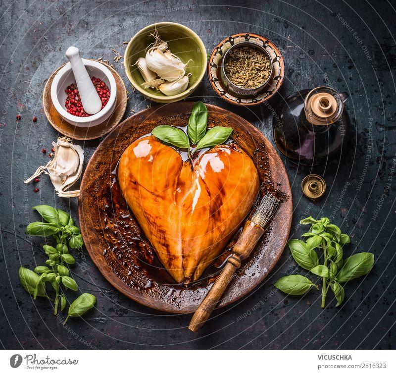 Mariniertes Hühnerbrustfilet in Herzform mit Reibpinsel Lebensmittel Fleisch Kräuter & Gewürze Öl Ernährung Bioprodukte Diät Geschirr Stil Design