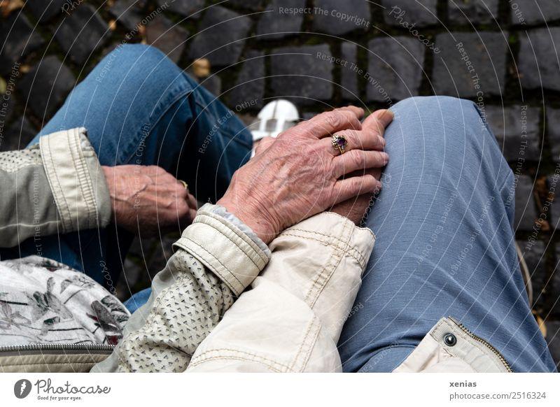 reife Hände von Senioren ruhen auf Knie Hand Mensch Frau Erwachsene Mann Weiblicher Senior Männlicher Senior Großeltern Familie & Verwandtschaft Partner Finger