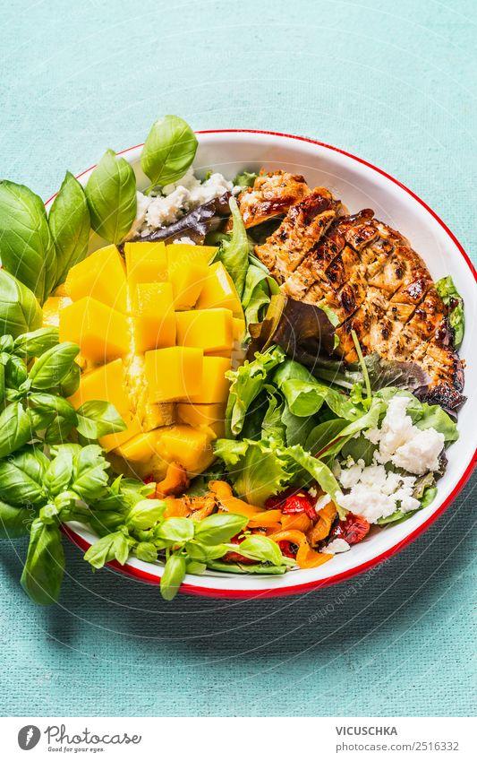 Low carb Salat mit Hähnchen und Mango Gesunde Ernährung Gesundheit gelb Stil Design Tisch Fitness Gemüse Bioprodukte Essen zubereiten Teller Diät Abendessen