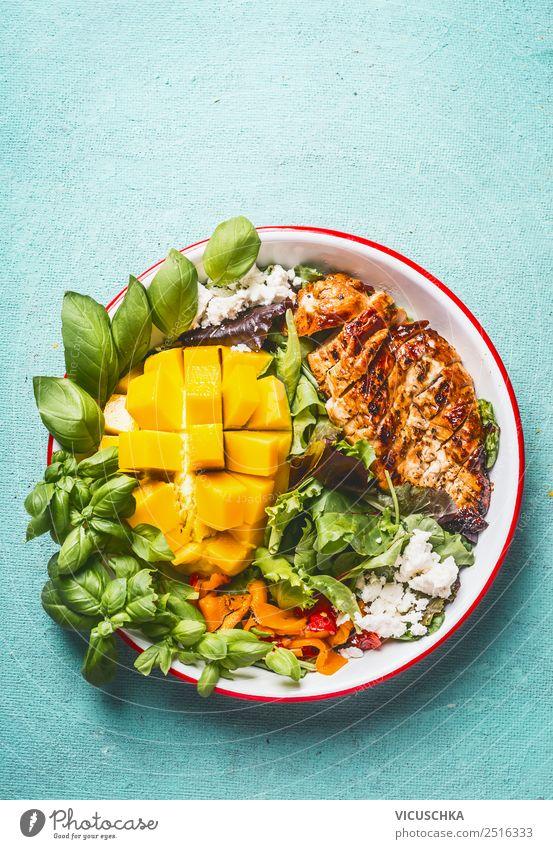 Hähnchensalat mit Mango und Feta Lebensmittel Fleisch Käse Salat Salatbeilage Ernährung Mittagessen Büffet Brunch Bioprodukte Teller Stil Design Gesundheit