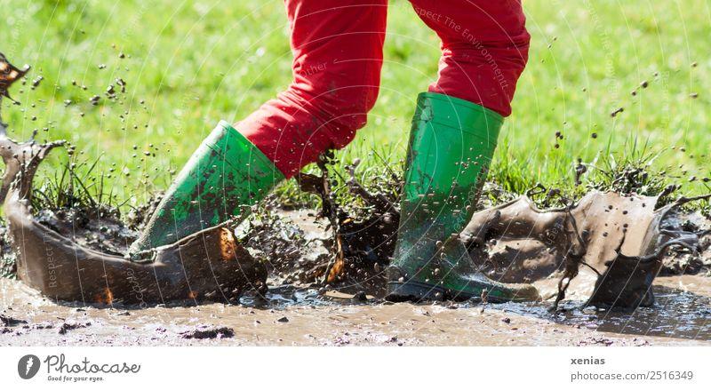 Durch Schlamm laufen mit grünen Gummistiefeln Mädchen Junge Frau Jugendliche Beine 1 Mensch Gras Hose Jeanshose Stiefel gehen Spielen springen toben dreckig
