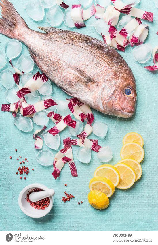 Ganzer Dorado Fisch mit Eiswürfeln und Zutaten Lebensmittel Ernährung Diät Design Gesunde Ernährung Tisch Restaurant rosa Stil Feinschmecker roh Zitrone