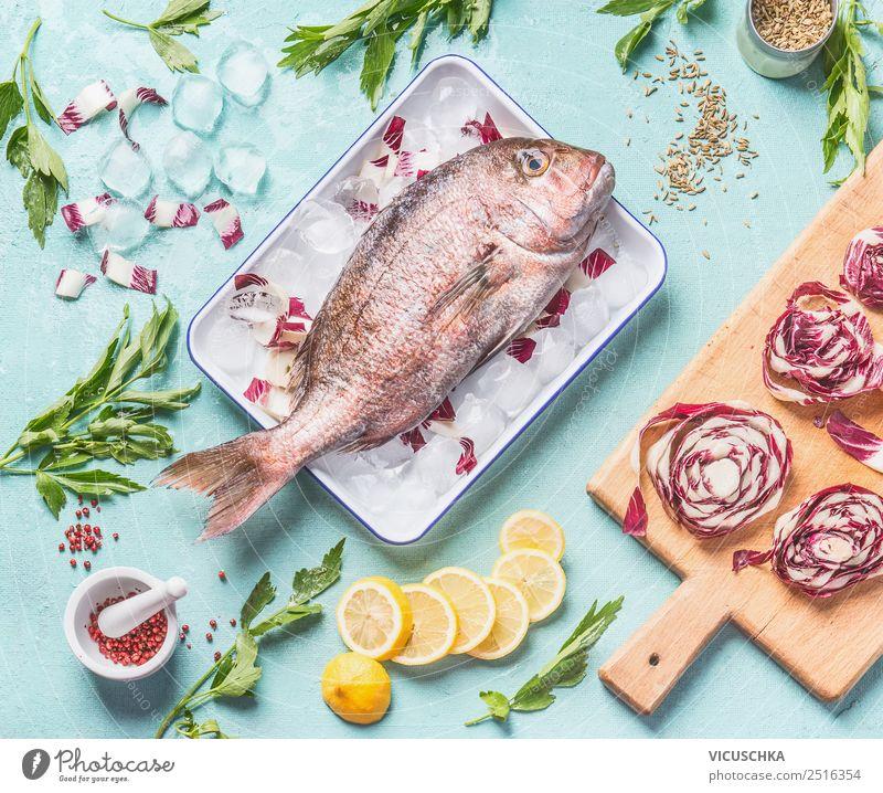 Rosa Dorado auf dem Küchentisch mit Zutaten Gesunde Ernährung Foodfotografie Essen Stil Lebensmittel Design Tisch Fisch Kräuter & Gewürze Gemüse Bioprodukte