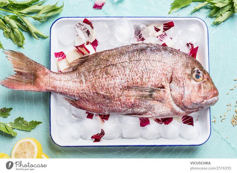Pink Dorado auf Eiswürfel mit Zutaten Gesunde Ernährung Foodfotografie Lebensmittel Stil rosa Design Fisch Küche Restaurant Essen zubereiten Diät Abendessen