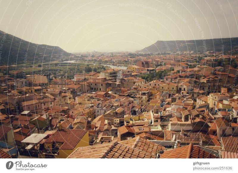 häusermeer alt Stadt Haus Fenster Berge u. Gebirge klein Gebäude Perspektive Dach Fluss Bauwerk Italien Dorf Aussicht eng Stadtzentrum