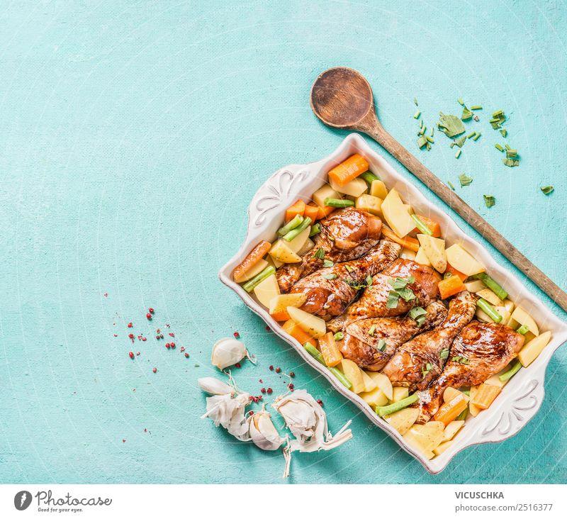 Hähnchenkeulen mit Gemüse im Backtopf Lebensmittel Fleisch Ernährung Mittagessen Abendessen Bioprodukte Geschirr Stil Design Tisch Küche Kochlöffel