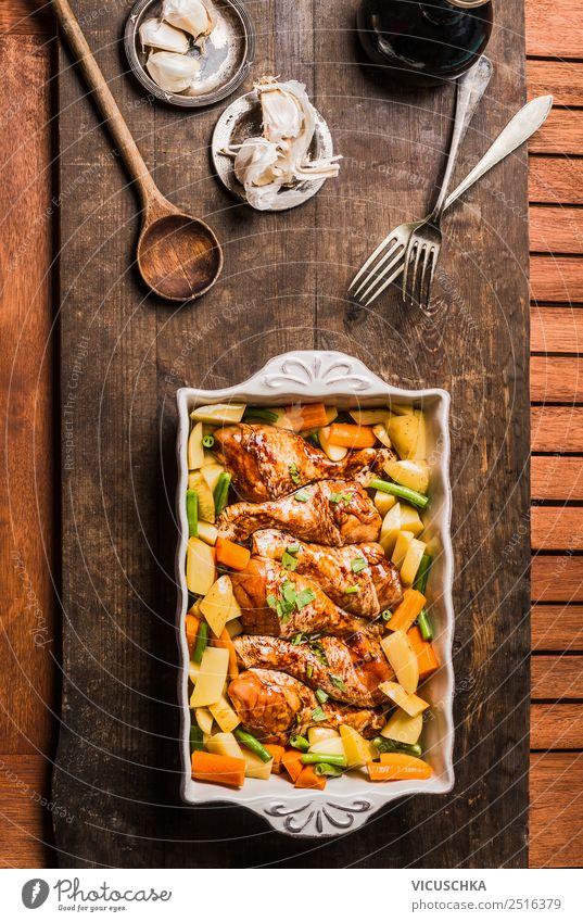 Hähnchenkeulen mit Gemüse in Auflaufform Lebensmittel Fleisch Ernährung Mittagessen Abendessen Bioprodukte Diät Geschirr Stil Design Häusliches Leben Tisch