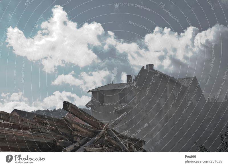 Platz für Neues alt blau weiß Haus dunkel Holz Stimmung Arbeit & Erwerbstätigkeit braun dreckig Fassade Beton bedrohlich Baustelle Güterverkehr & Logistik