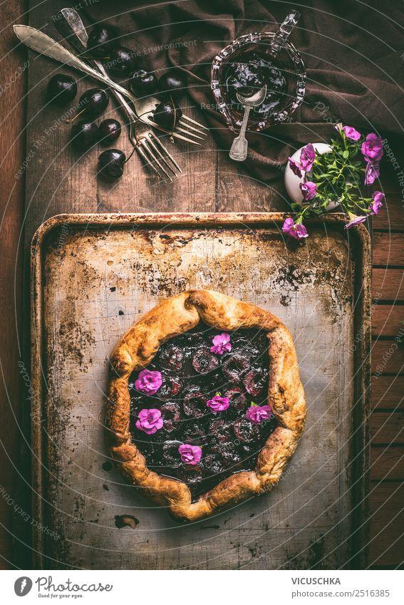 Pflaumenkuchen auf rustikalem Küchentisch Lebensmittel Frucht Kuchen Dessert Ernährung Bioprodukte Geschirr elegant Stil Sommer Häusliches Leben Tisch Design