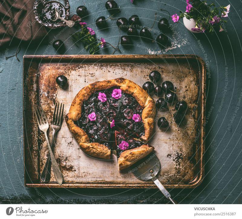 Kirschenkuchen auf dem Küchentisch Lebensmittel Frucht Kuchen Dessert Ernährung Geschirr Stil Design Gesundheit Sommer Häusliches Leben Tisch Stillleben Galette