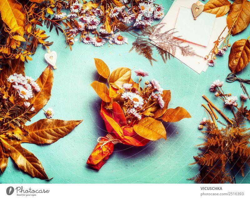 Herbstliche Blumen und Blättern Dekoration mit Blumenstrauß Stil Design Dekoration & Verzierung Tisch Blatt gelb rosa herbstlich Herbstlaub Floristik gold