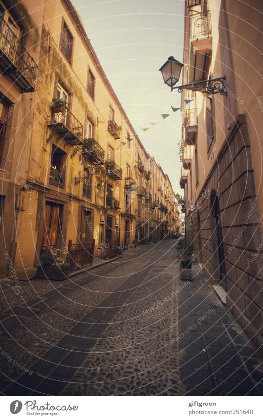menschenleer zur mittagsruh' Himmel Stadt Einsamkeit Haus Wand Fenster Mauer Wege & Pfade Tür Fassade Tourismus Perspektive Häusliches Leben