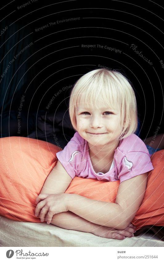 Braves Kind Mensch Kind Mädchen Freude Gesicht klein lachen blond Kindheit Arme liegen niedlich Lächeln Kleinkind Kissen 3-8 Jahre