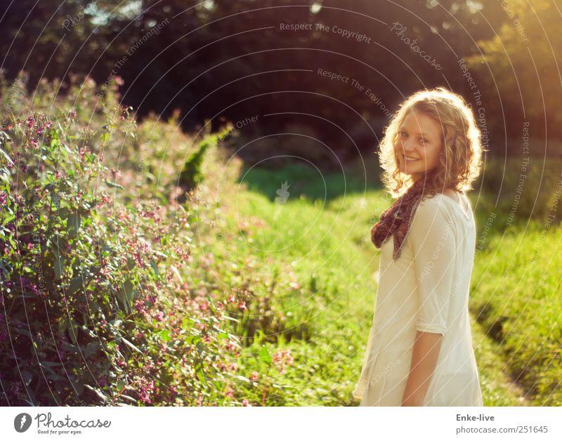 Freude am Leben feminin Junge Frau Jugendliche Erwachsene 1 Mensch Natur Schönes Wetter Gras Sträucher Park Wiese blond Locken drehen Lächeln Blick stehen