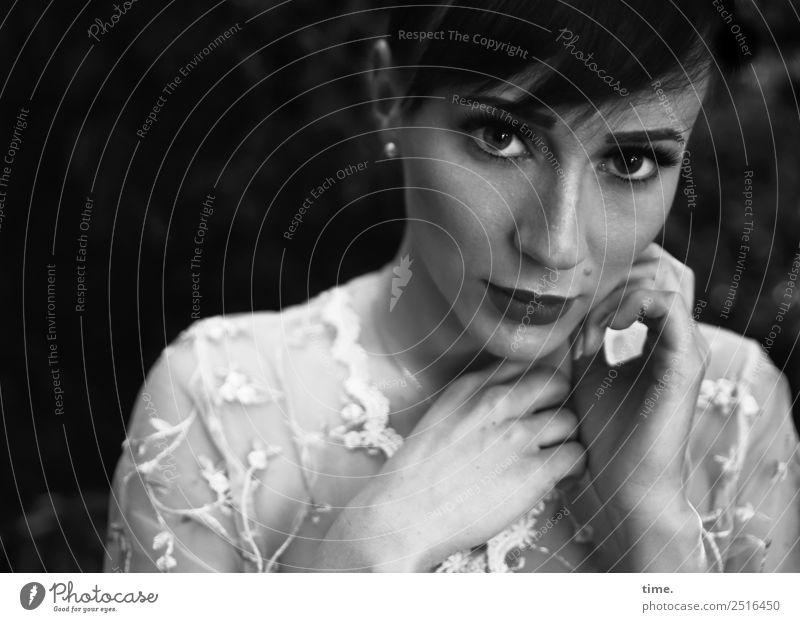 Nastya feminin Frau Erwachsene 1 Mensch Hemd Ohrringe brünett langhaarig Zopf beobachten Denken festhalten Blick warten dunkel schön selbstbewußt Willensstärke